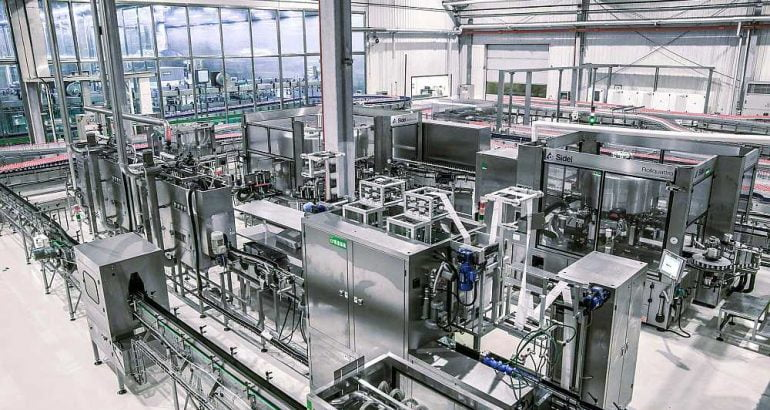 Aseptic flexible production for high and low acid, still and carbonated beverage in PET